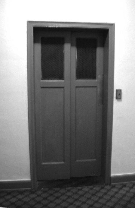 0099-elevator-doors-avon-park-2007-dscn3520-02-28-09u